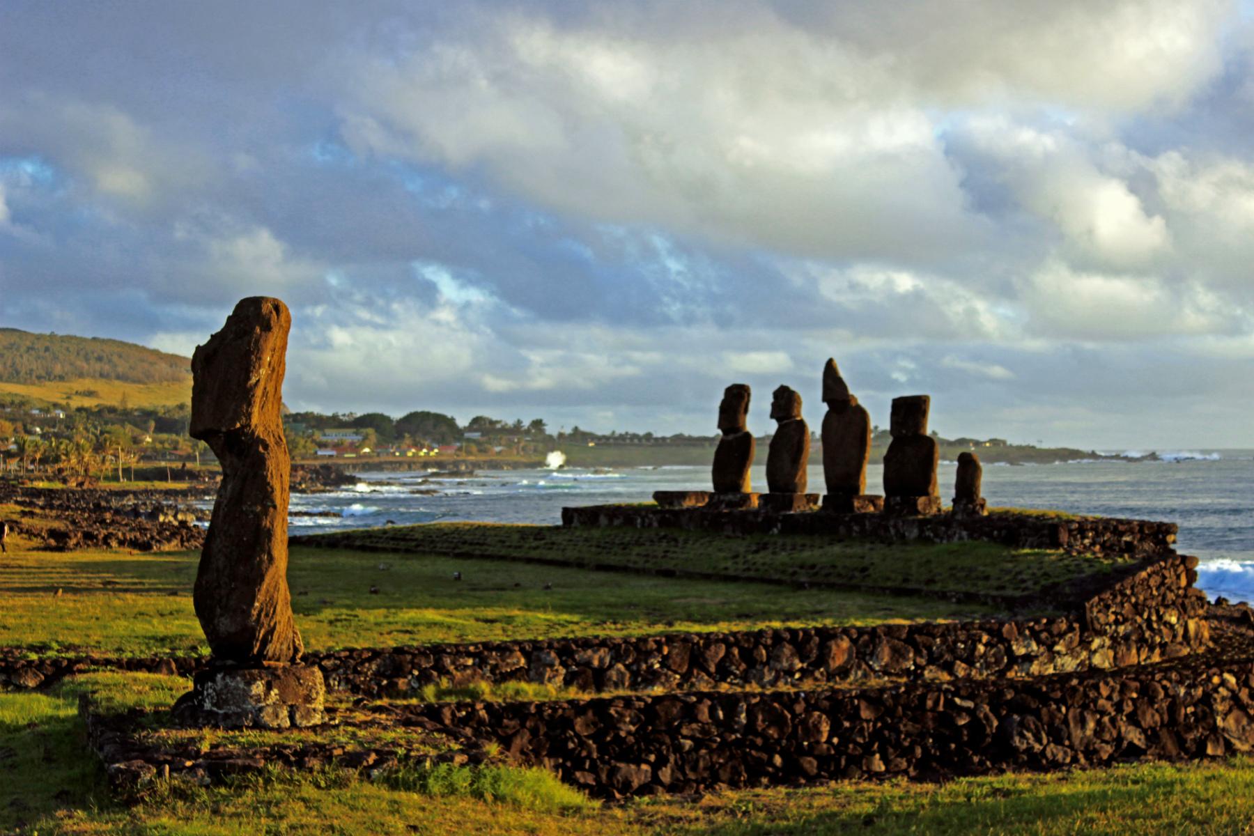 """A praia de Anakena """"vigiada"""" pelos moais Ahu Nau Nau. Foto: divulgação."""