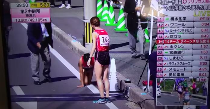 Atleta fratura a perna e termina corrida de joelhos
