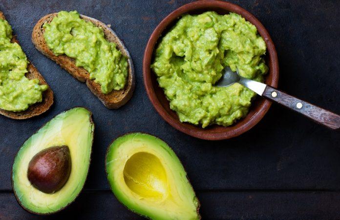 Como fazer o abacate amadurecer mais rápido - na imagem, alguns abacates cortados pela metade e alguns mexidos, como guacamole