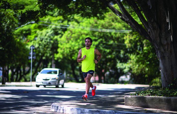 primeiros 21 km - homem correndo na rua