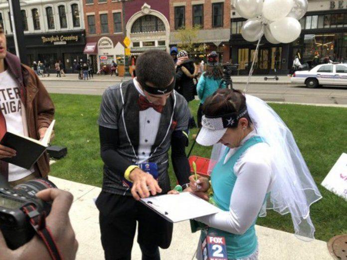 corredores se casam na Maratona de Detroit