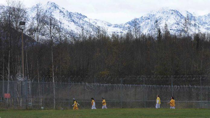 mulheres correm no pátio da prisão