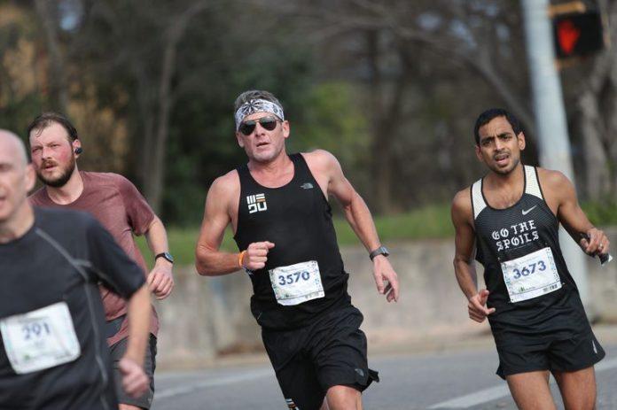 Lance Armstrong participa de maratona beneficente