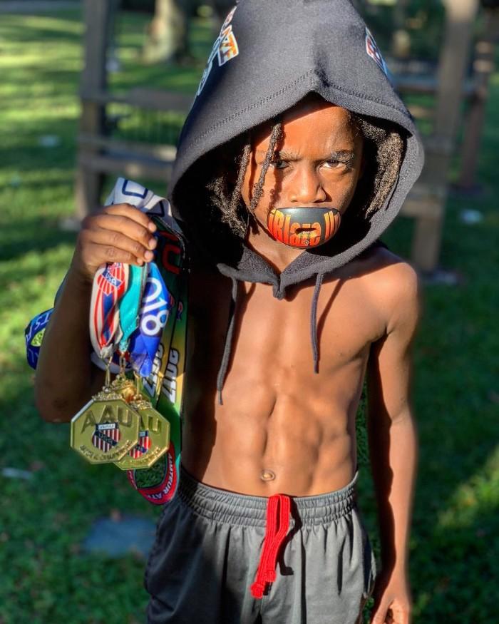 menino de 7 anos corre 100 m em 13 segundos