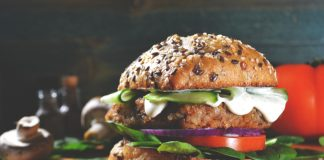 Hambúrguer vegano que imita carne: será que é saudável?