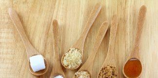 Alternativas para o açúcar - foto meramente ilustrativa, com seis colheres de pau cheias de diferentes tipos de açúcar