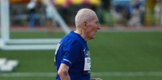 Corredor de 96 anos quebra recorde mundial nos 5 km - na imagem Roy Englert correndo em pista de atletismo