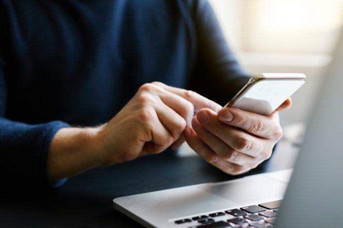 Ficar muito tempo no celular aumenta risco de obesidade