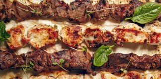 iagem meramente ilustrativa mostrando espetos de carne vermelha e de frango