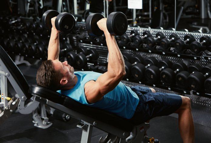 na imagem, um homem levanta peso em uma academia - Segundo pesquisa, musculação reduz gordura do coração