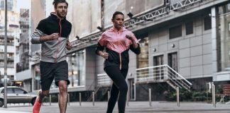 sintomas de infarto súbito em corredores - imagem mostra um homem e uma mulher correndo na rua