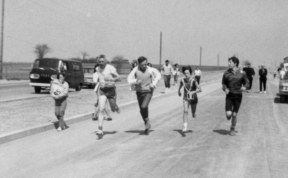 Menina quebra recorde mundial na maratona feminina aos 13 anos, em 1967