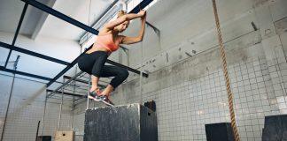 Mulher pulando em cima de uma caixa