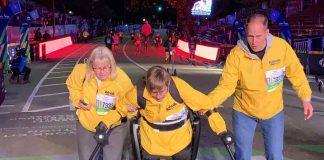 Mulher com paralisia completa maratona usando exoesqueleto