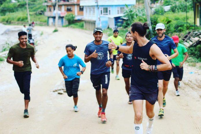Homem corre uma maratona por país do mundo