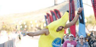 Homem faz maratona fantasiado de banana