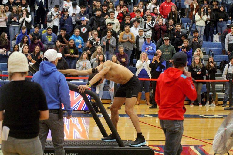 Homem quebra recorde mundial em uma esteira